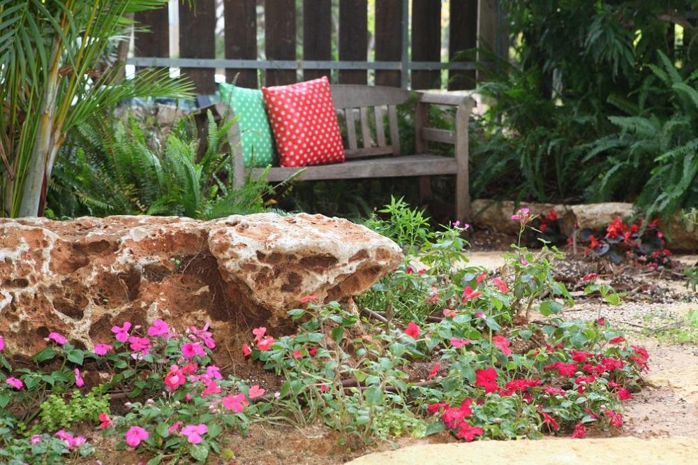 עיצוב הגינה עם כריות נוי