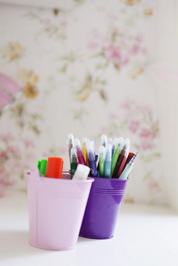 מיכלים צבעוניים לכלי כתיבה