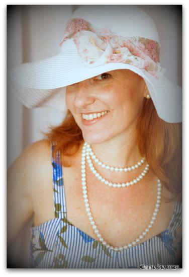 עידה עם כובע