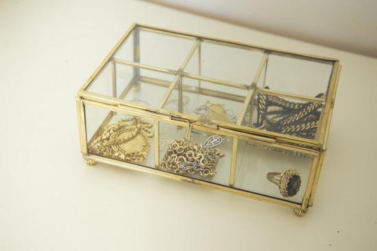 קופסאת תכשיטים מוזהבת ושקופה