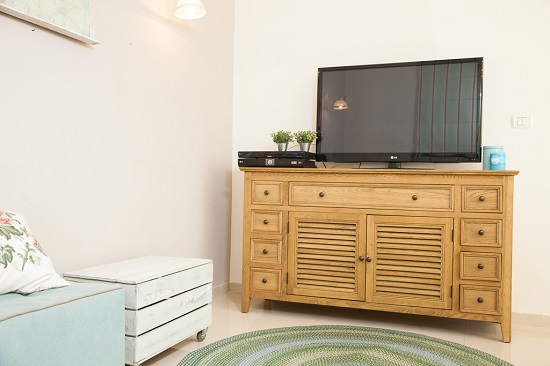 שידה לטלויזיה מעץ עם מקומות אחסון