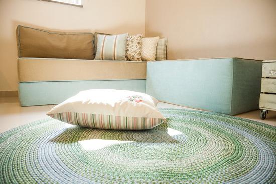 """שטיח עגול של """"שטיחי איתמר """" וכרית של איקאה"""