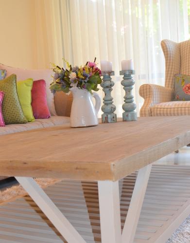 שולחן סלוני עם מדף
