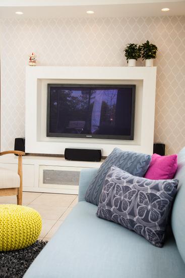 מבט אל הטלויזיה עם קיר טפט מעויינים עדין