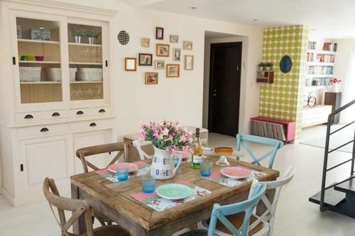 שולחן אוכל כפרי וכסאות צבעוניים