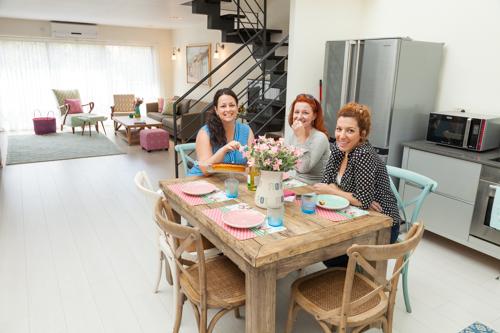 שולחן אוכל במרכז המטבח