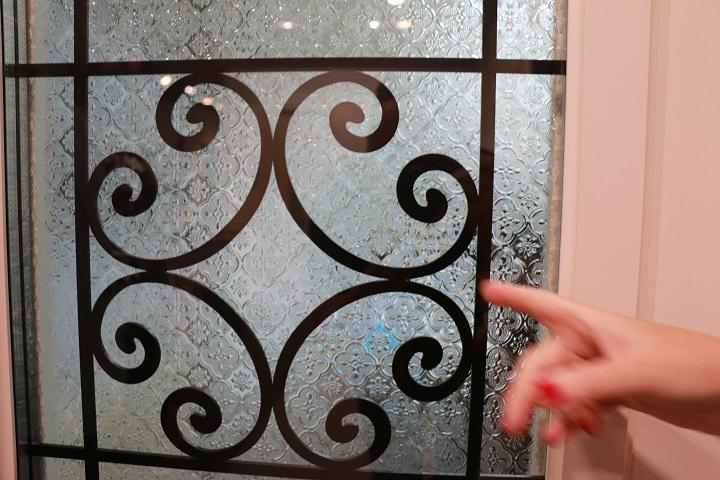 דלת חוץ עם זכוכית סבתא