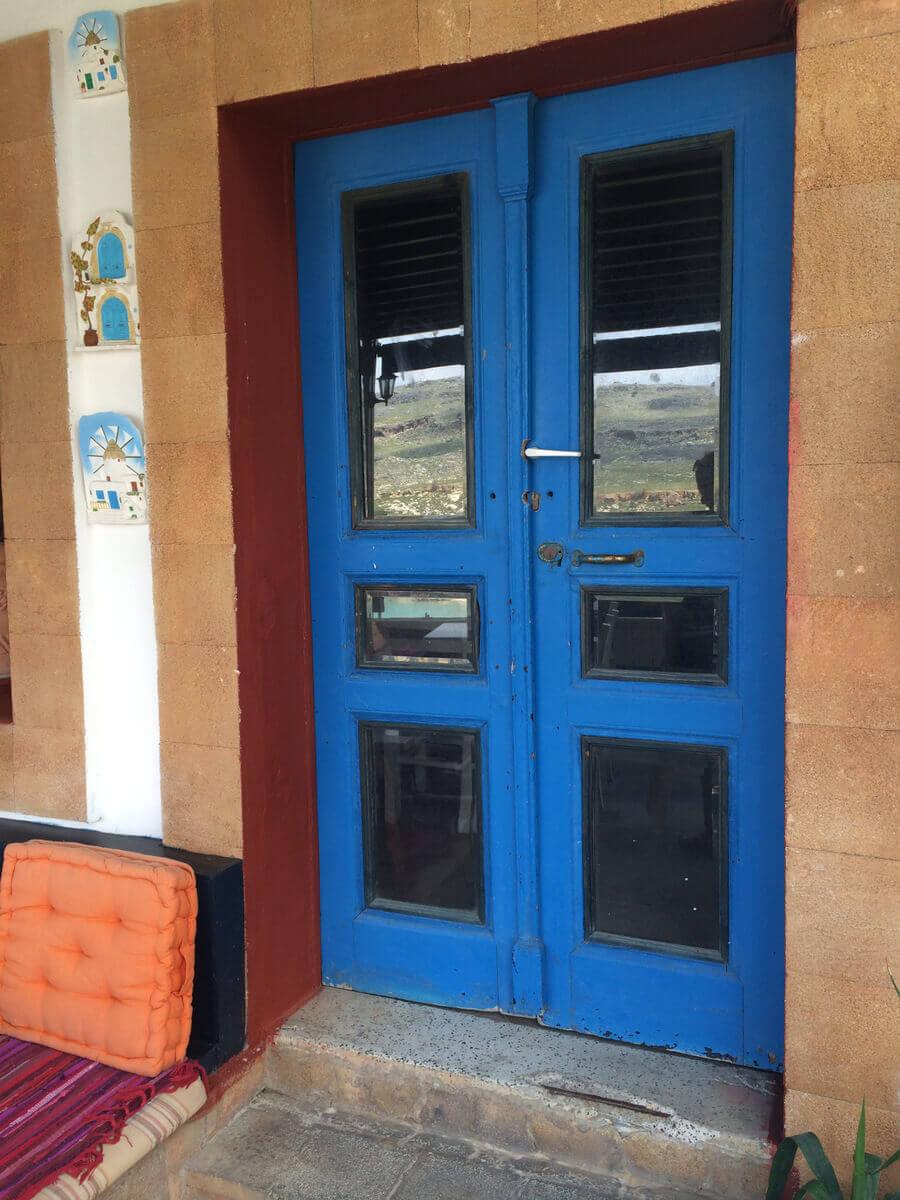 דלת כניסה כחולה