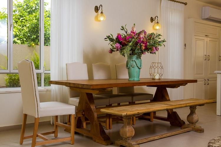 ספסל ליד שולחן אוכל