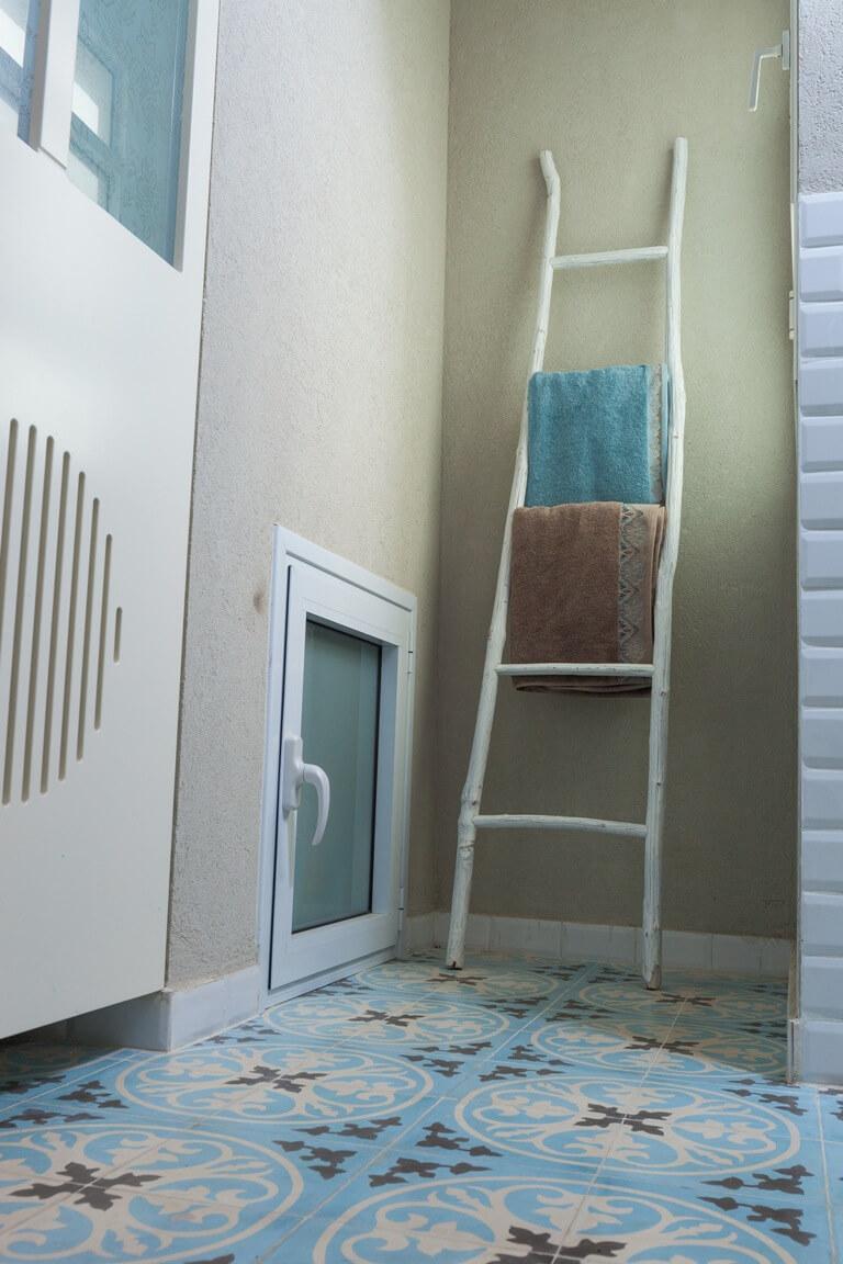 מכונת הכביסה והמייבש סגורים עם דלת מחורצת לאוורור