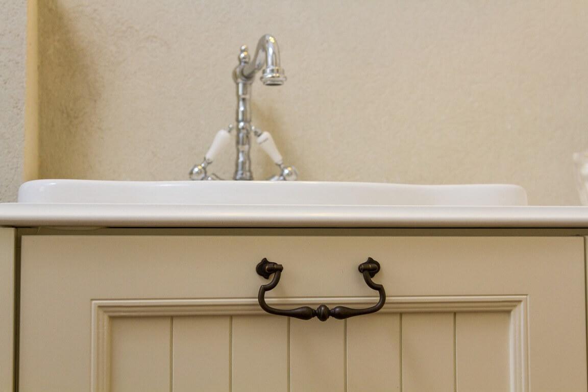 ידיות לארון אמבטיה