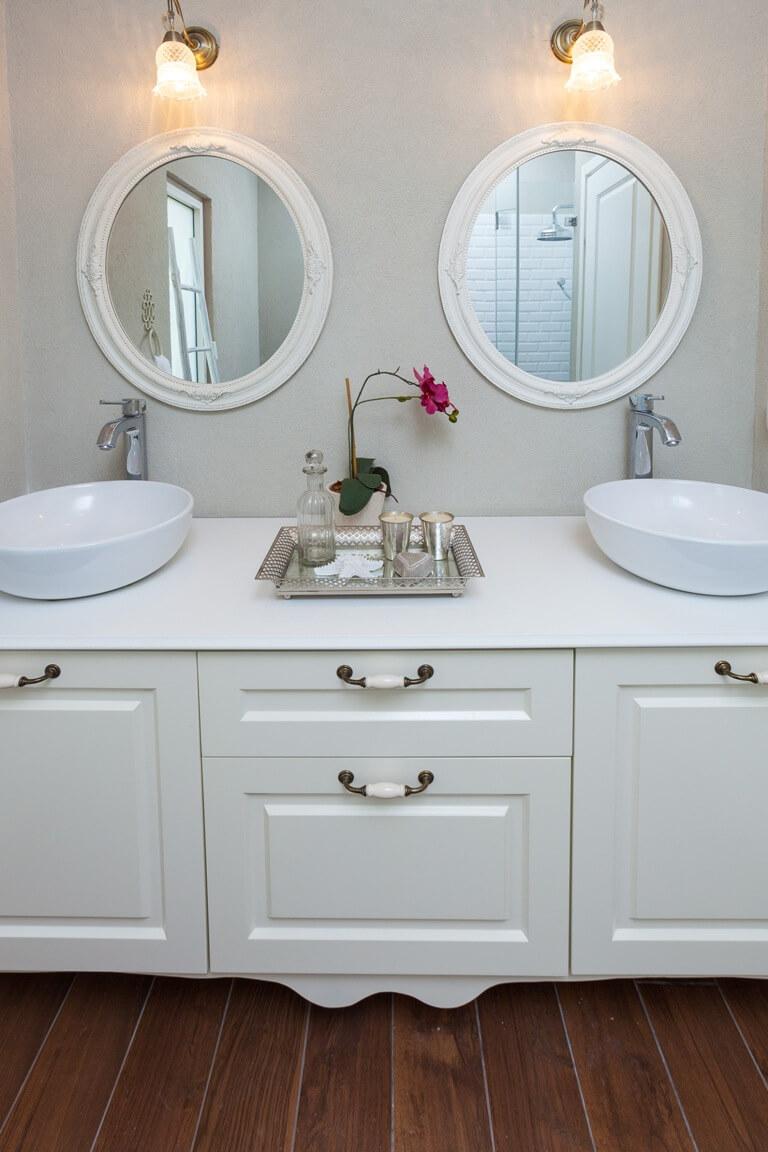 שני כיורים בארון אמבטיה אחד
