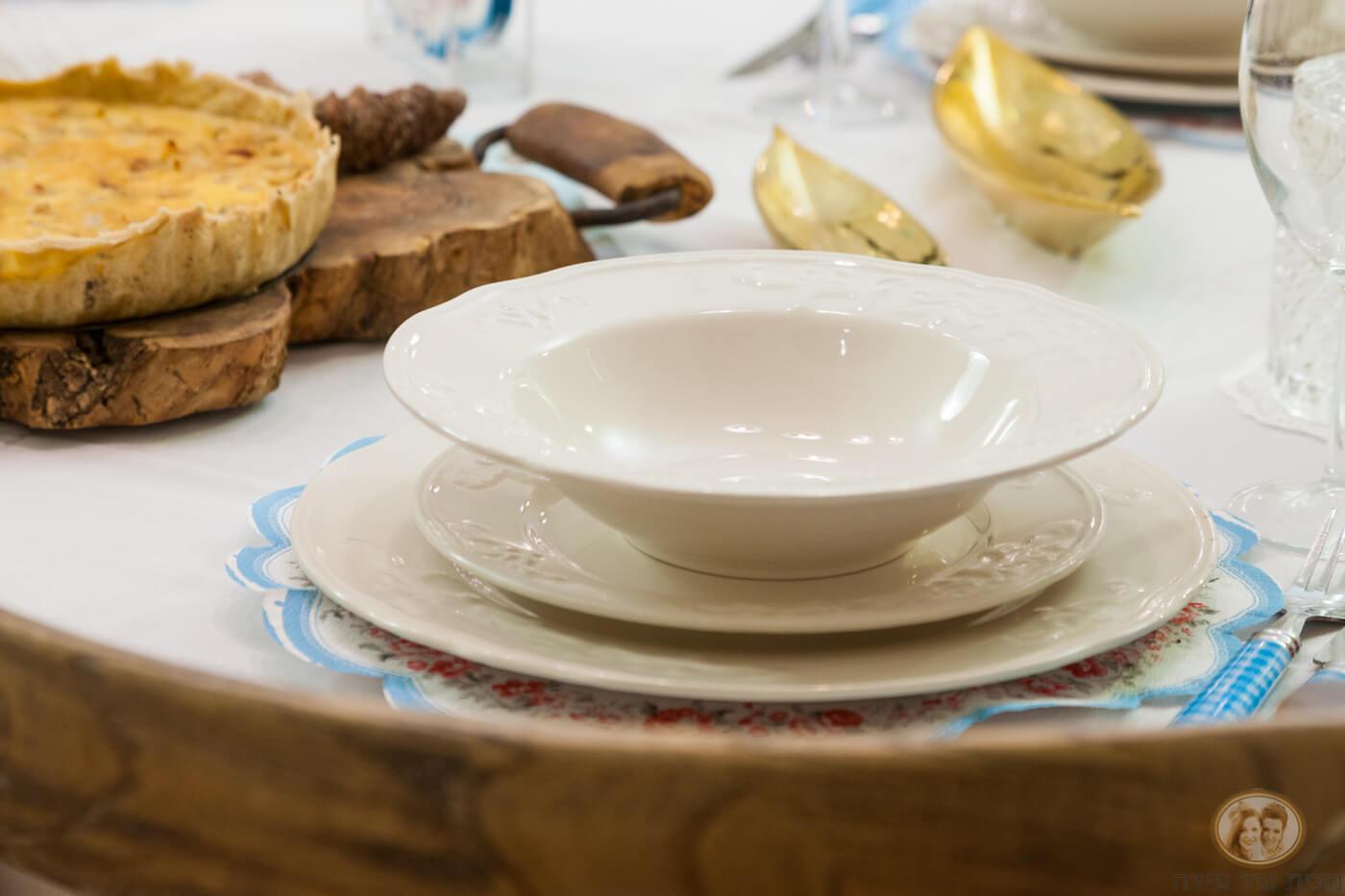 סט כלים בלבן בסגנון פרובנס