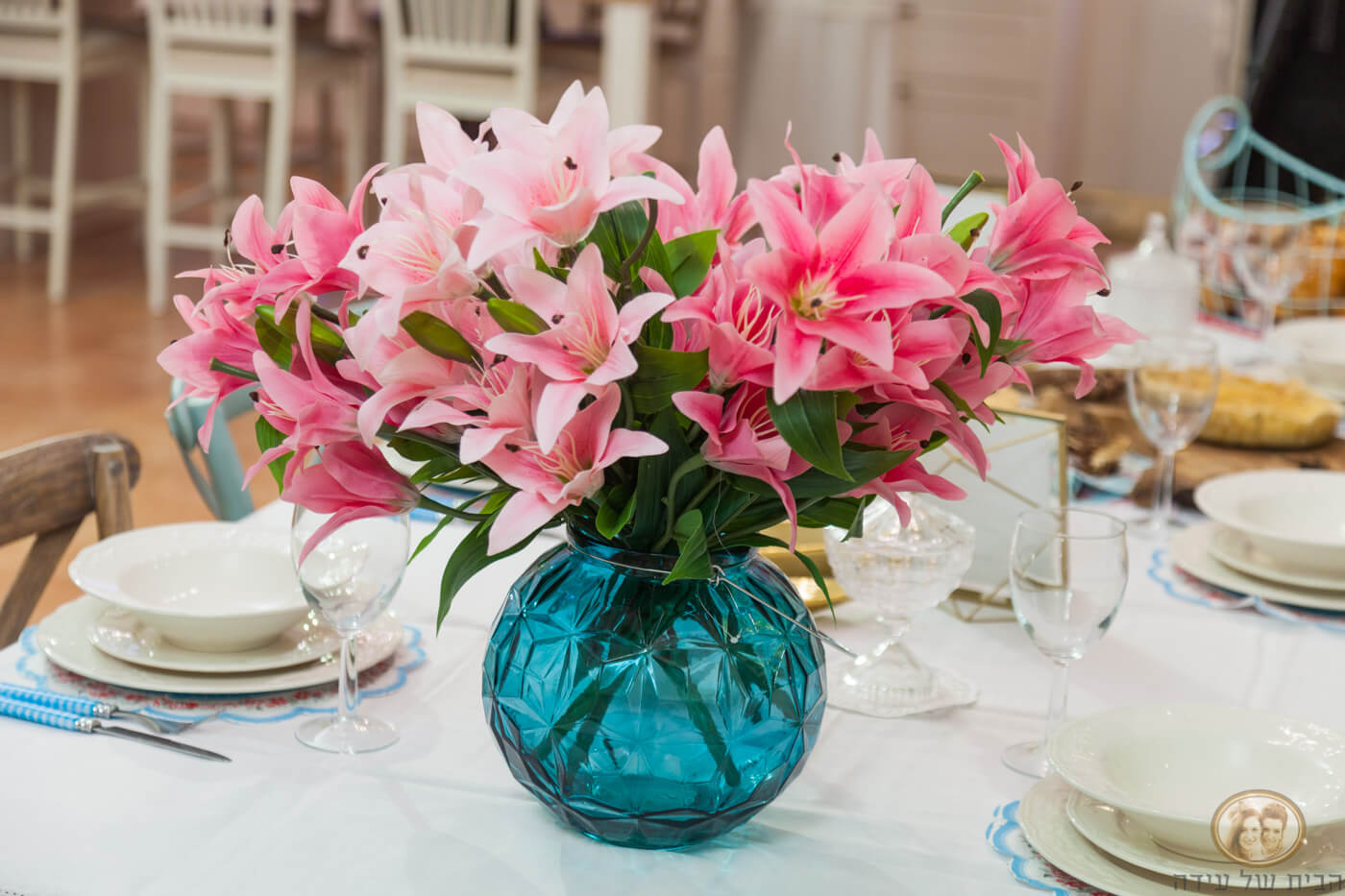סידור פרחים מרהיב בורוד, בתוך ואזה טורקיז