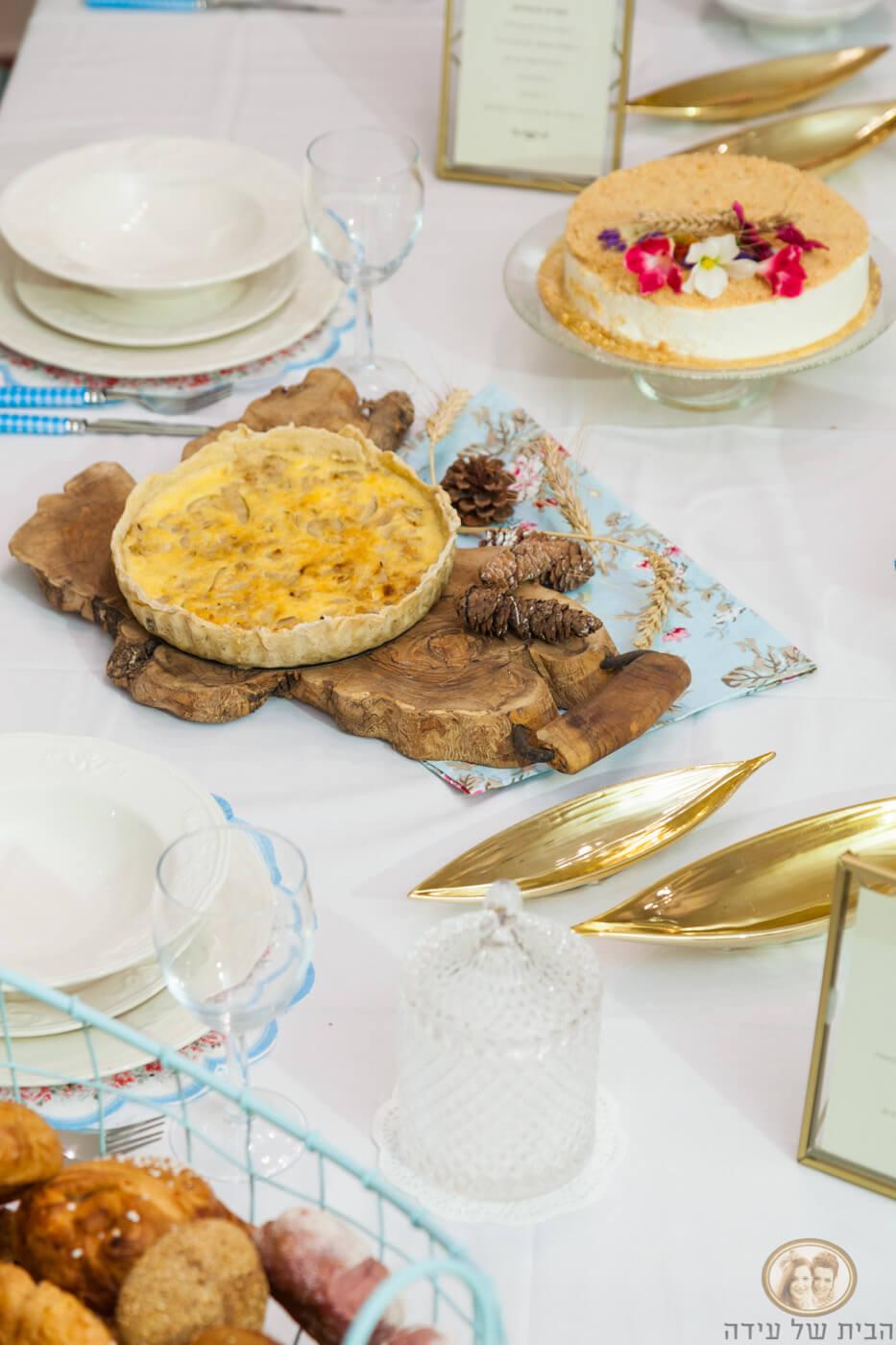שולחן חג בגווני טורקיז וזהב