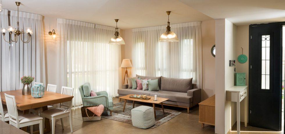 תאורה בודדת תלויה במרכז הסלון כולל תאורה קירית ושדליר בפינת משפחה