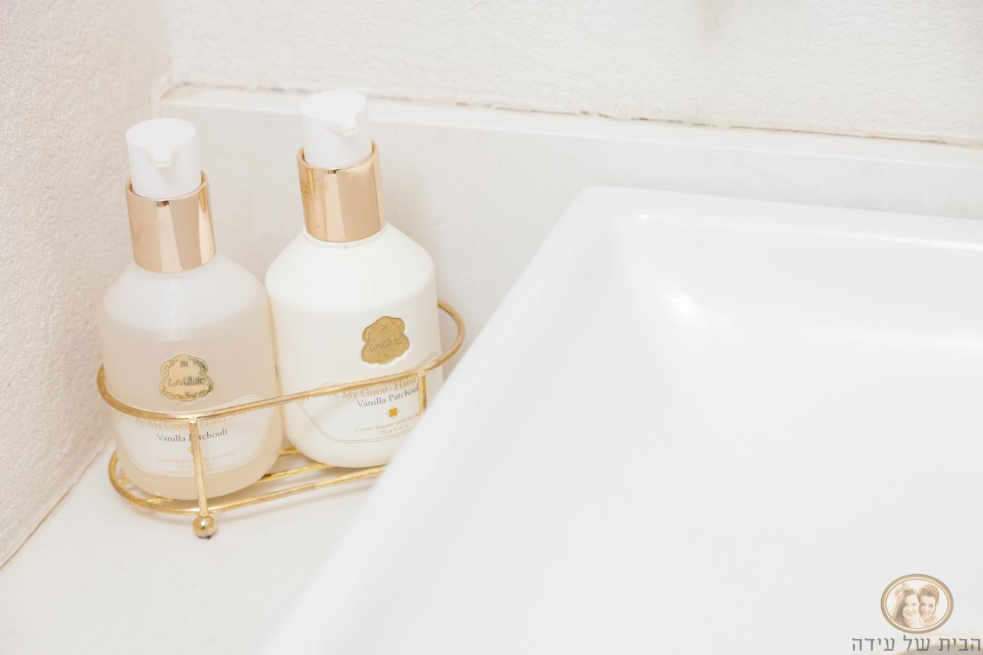 פריטים מוזהבים לאמבטיה