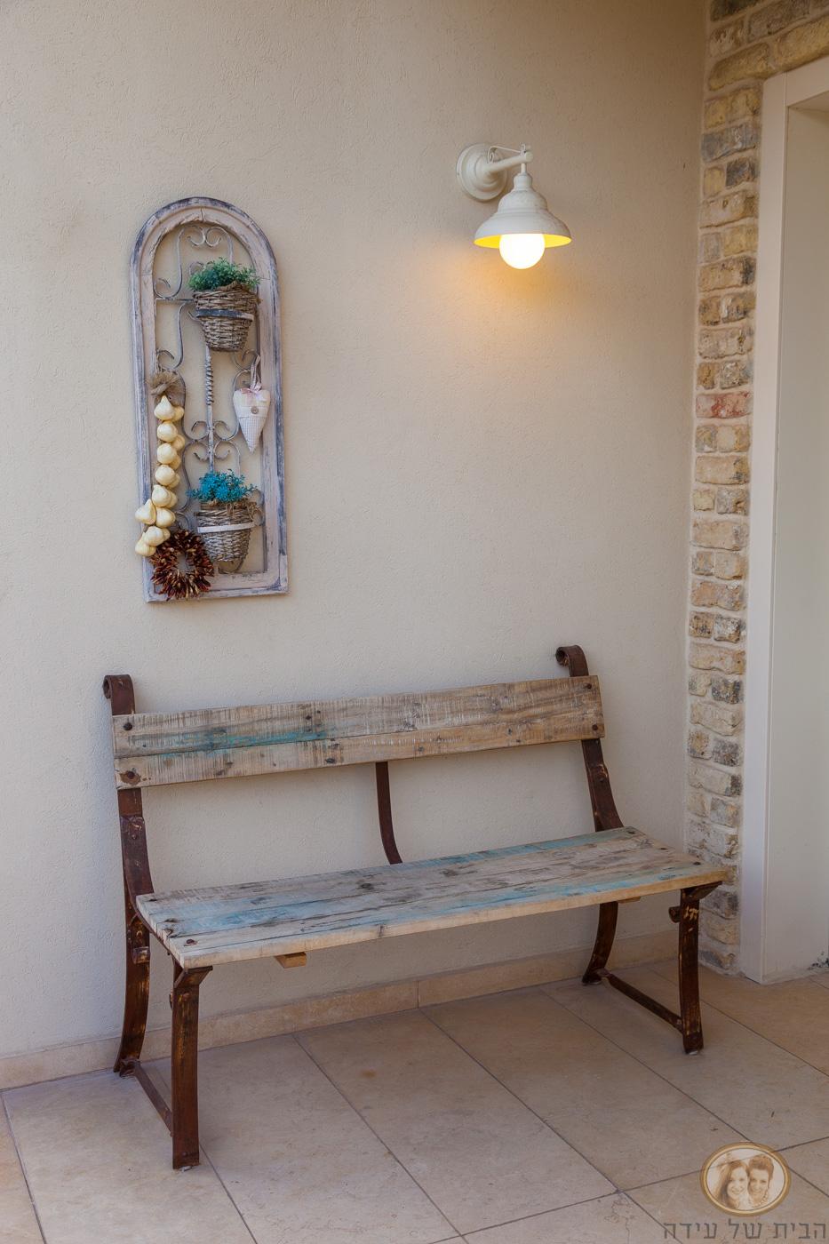 ספסל עץ בכניסה לבית
