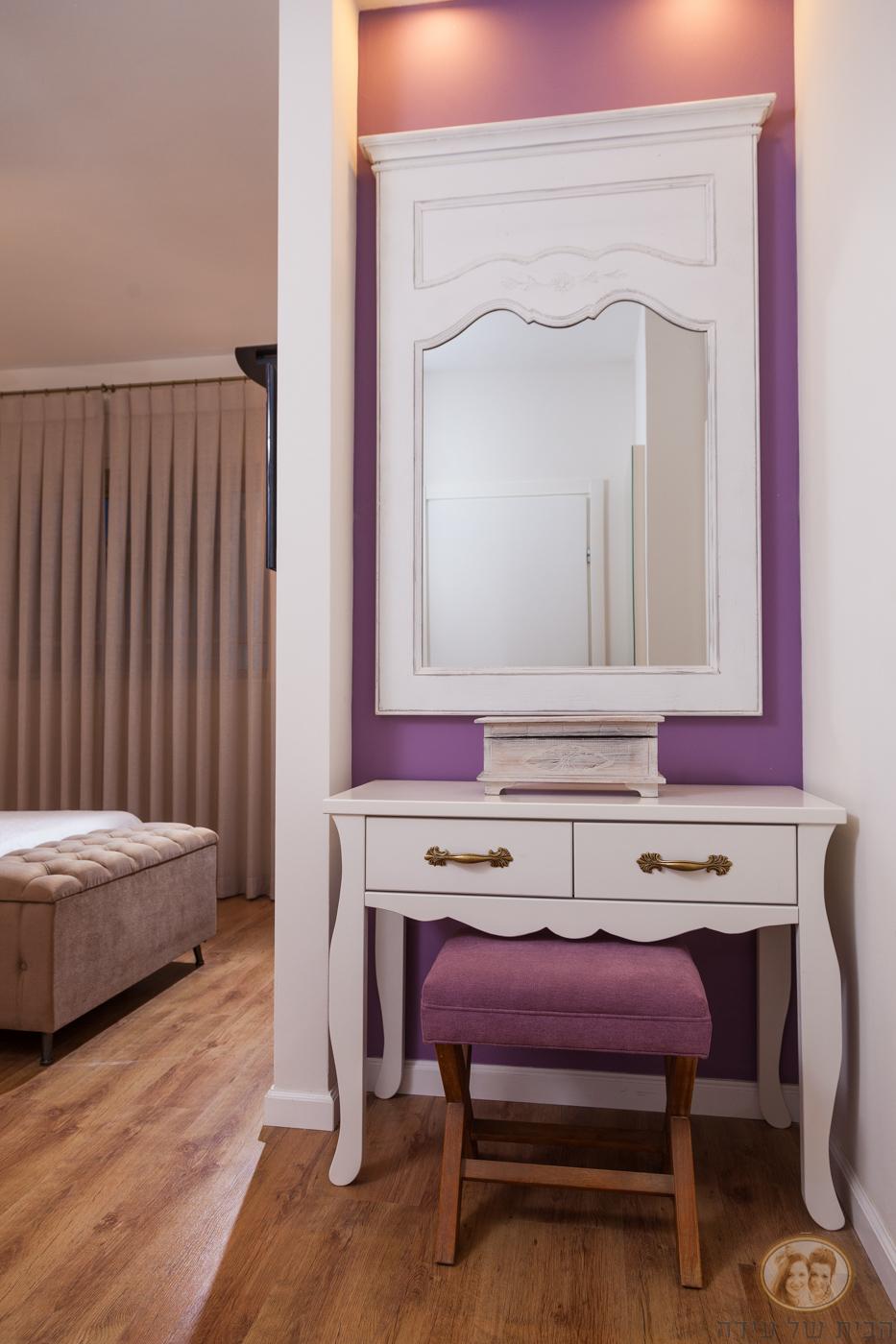 קיר סגול בחדר שינה