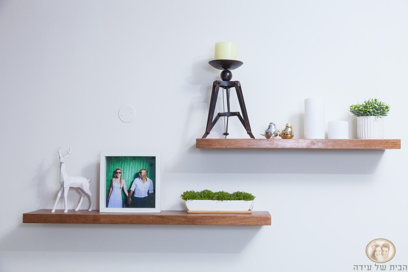 מדפי עץ לסלון