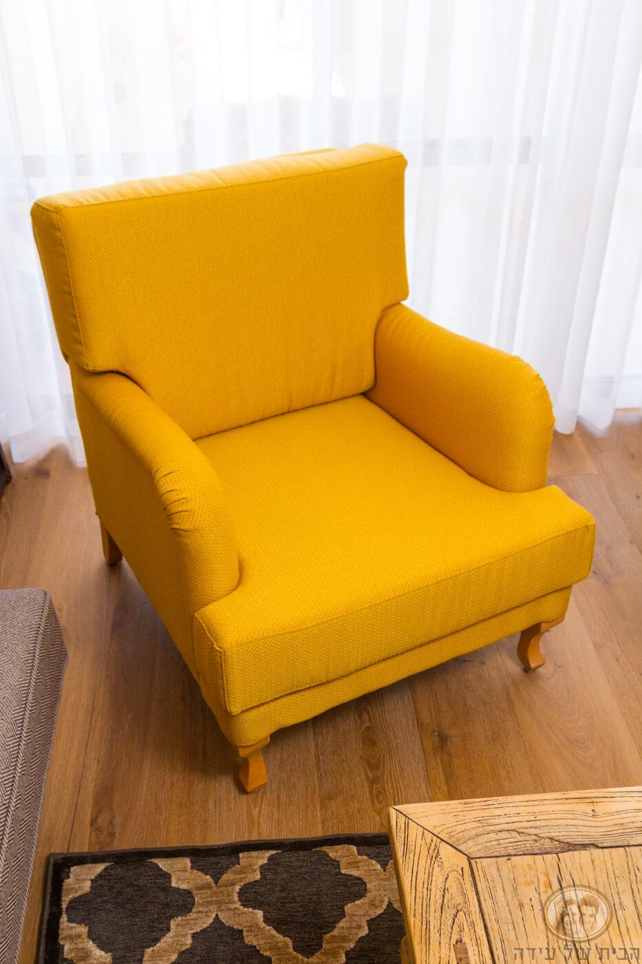 כורסא מרופדת צהובה עם טקסטורה