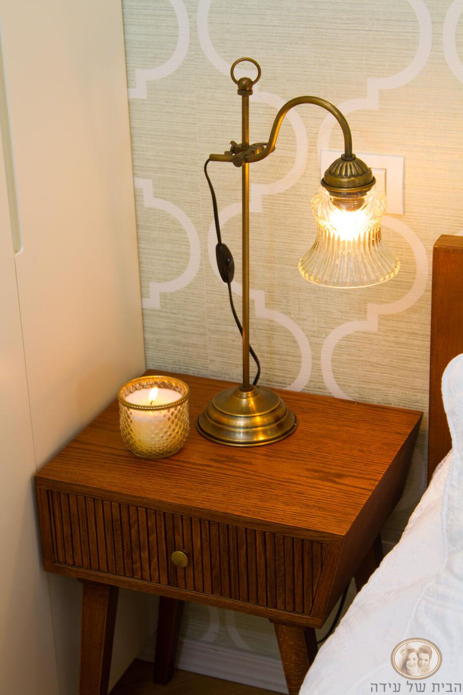מנורת לילה לצד מיטה