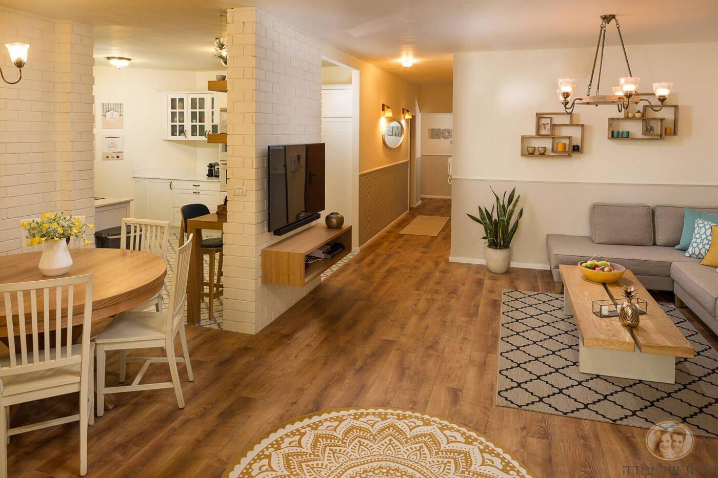 הקיר בין המטבח לסלון צומצם והוקטן לעמוד ועליו מוקמה הטלויזיה