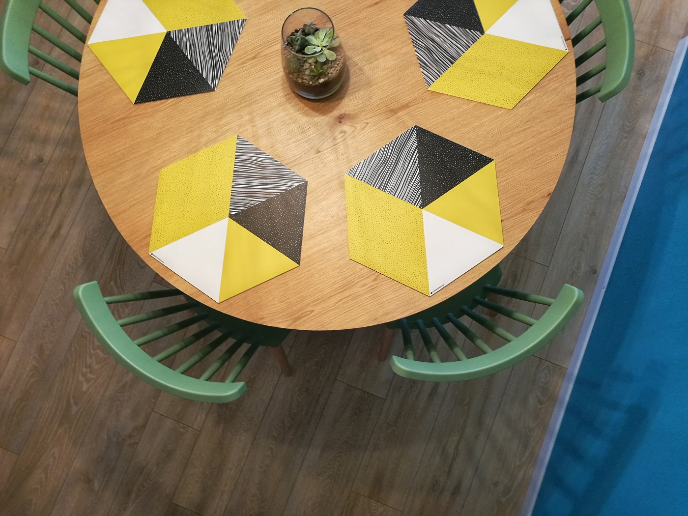 שולחן עגול לפינת האוכל
