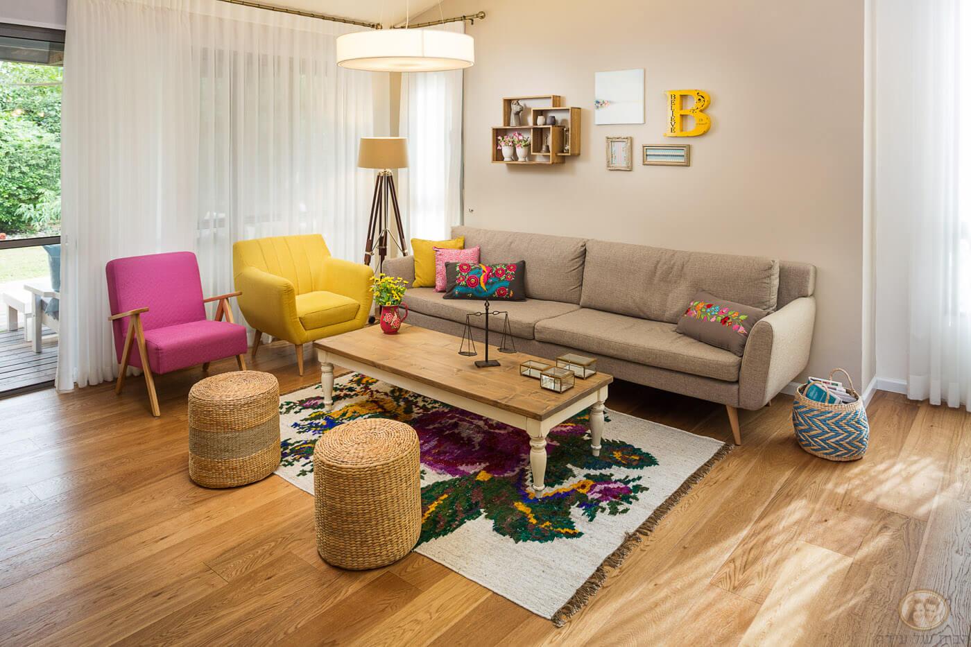 כורסאות צבעוניות לסלון