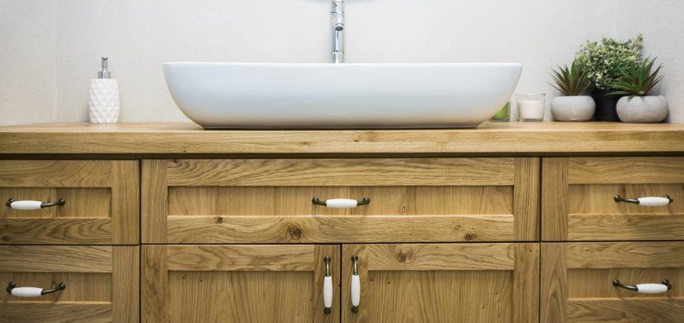 כיור וארון בחדר אמבטיה