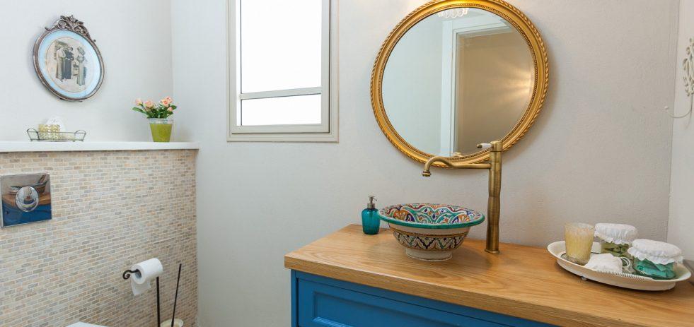 מראה עגולה בחדר שירותים