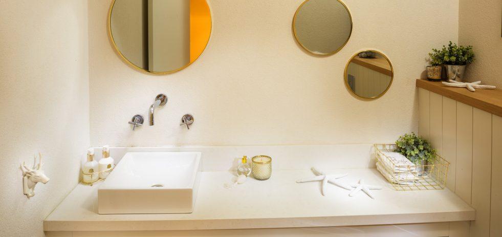 ארונית עץ ומראות בחדר אמבטיה