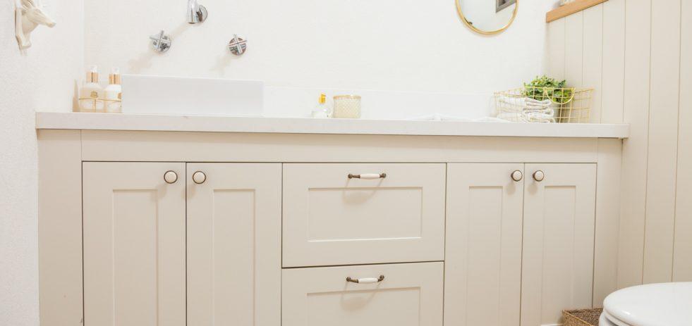 שידה בחדר שירותים
