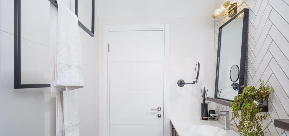 דלת ומתלה מגבות בחדר אמבטיה