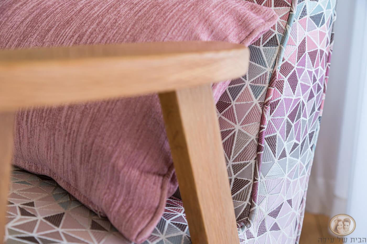 כורסא עם ידיות עץ