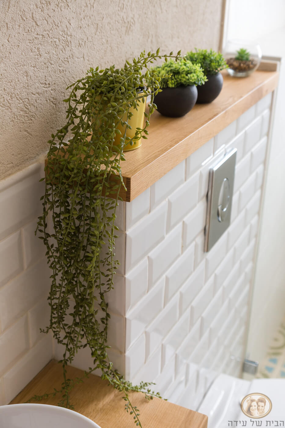 מדף עץ אלון בשירותים