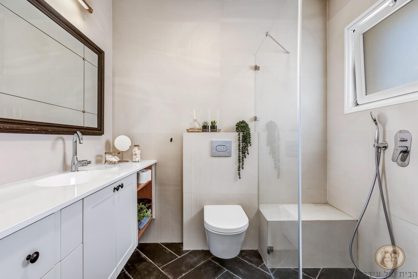 מקלחון מרווח במקום אמבטיה