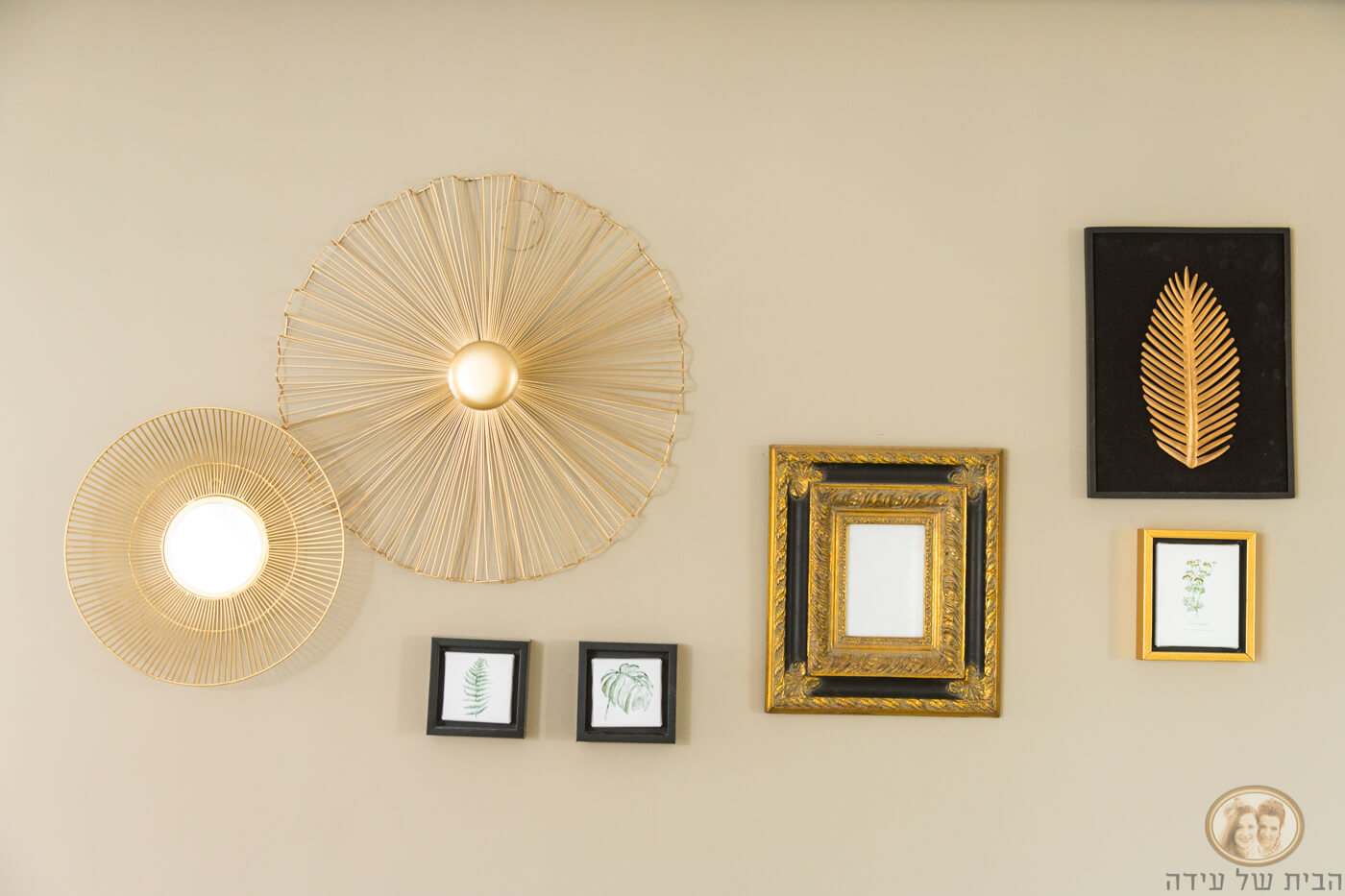 תמונות מעל קיר ספה