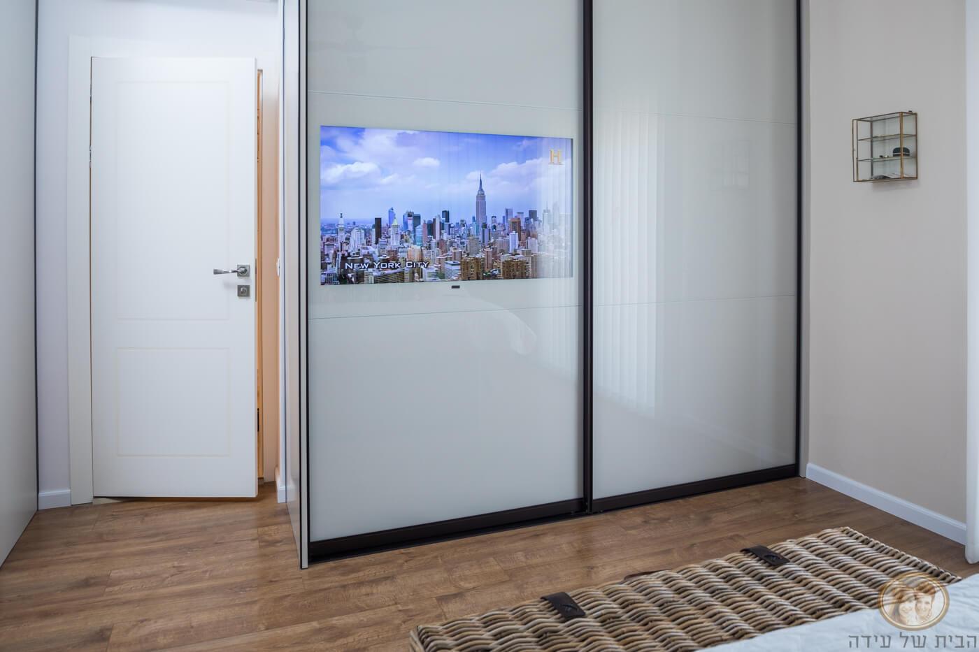 טלויזיה משולבת בארון בגדים דלקופ