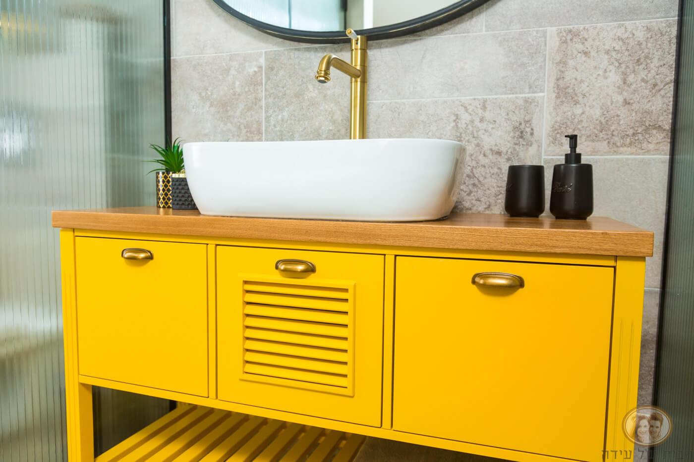 ארון אמבטיה צבעוני