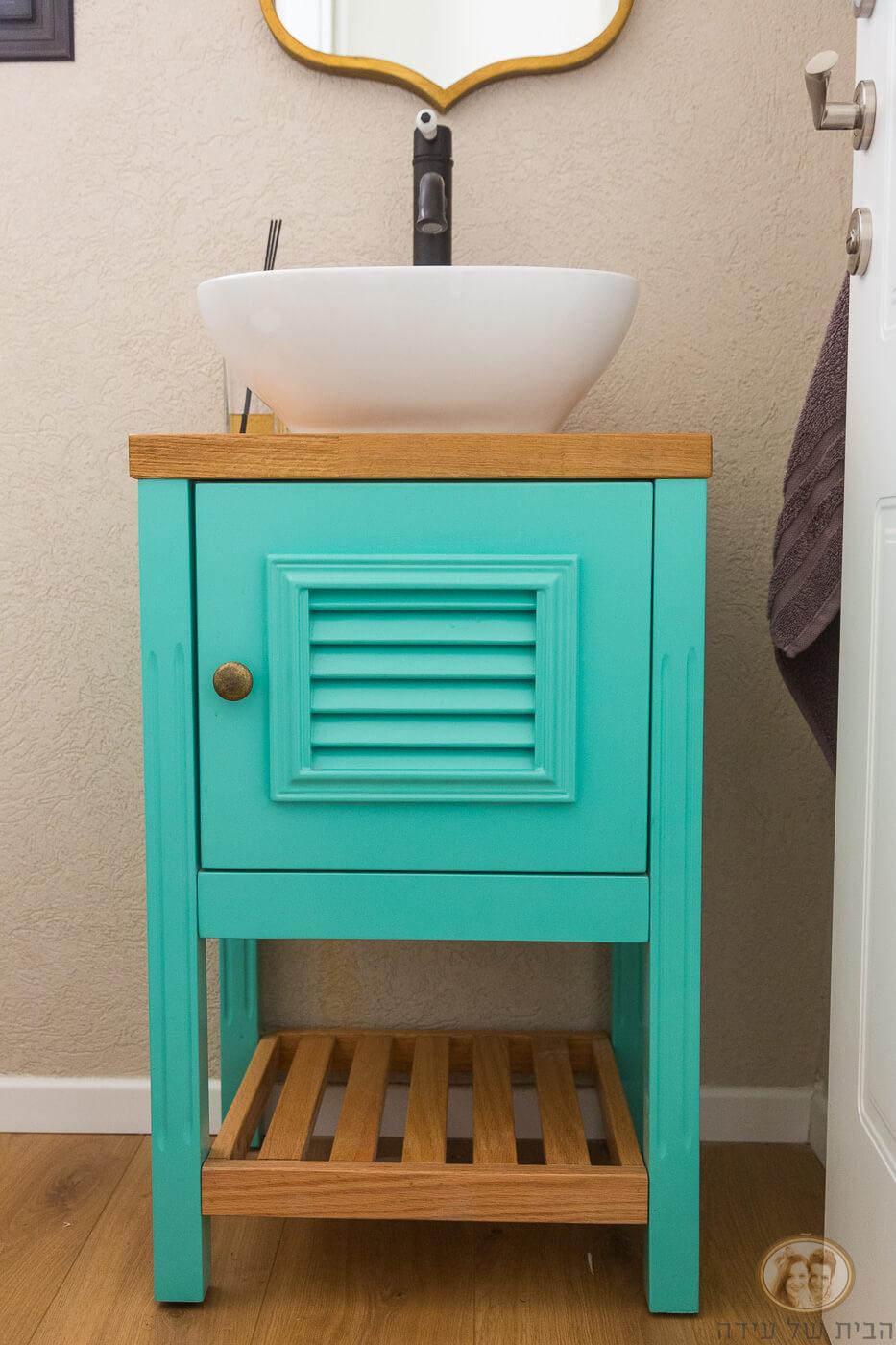 ארון אמבטיה צבעוני עם מדף מעץ
